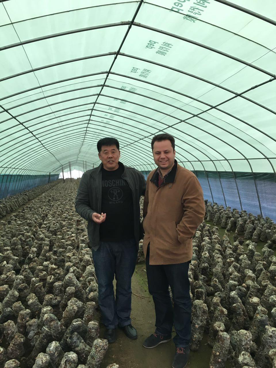 上海公司范总与农户合影